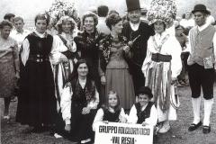 Esibizione in Jugoslavia (Archivio Gruppo Folkloristico Val Resia)